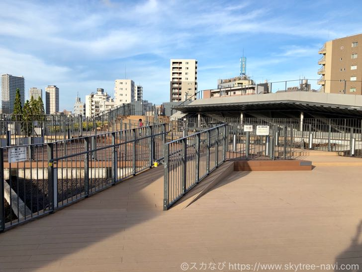 夕日と鉄道とスカイツリーを一緒にパシャリ!押上駅前自転車駐車場は絶好の写真撮影スポット