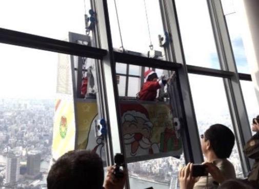 サンタの窓ガラスそうじ